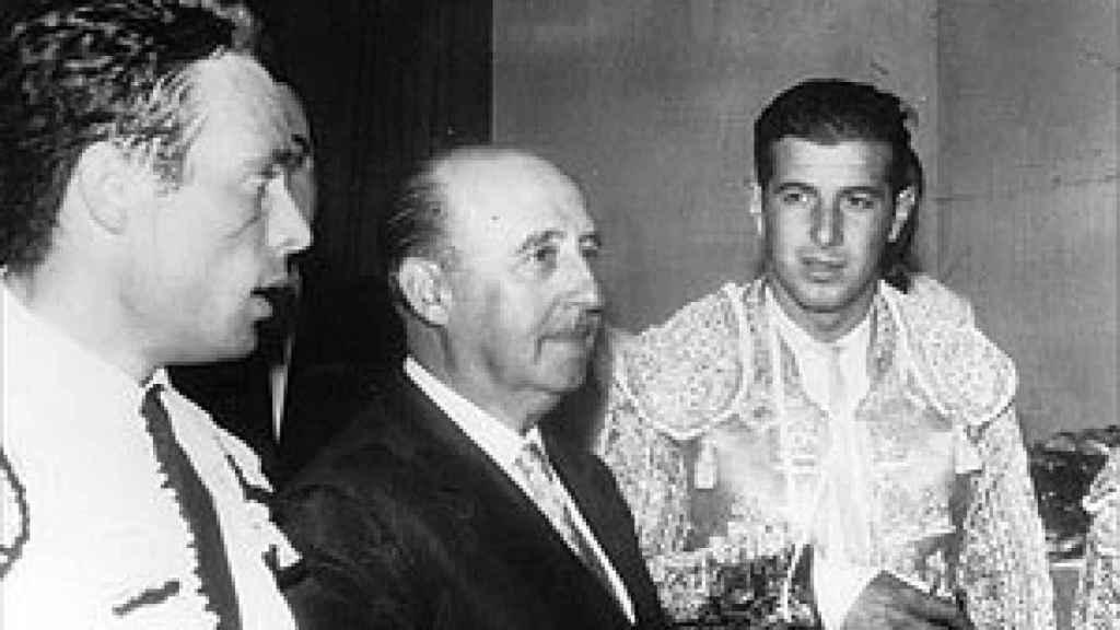 El diestro Curro Romero con el general Franco en agosto de 1960 en San Sebastián.