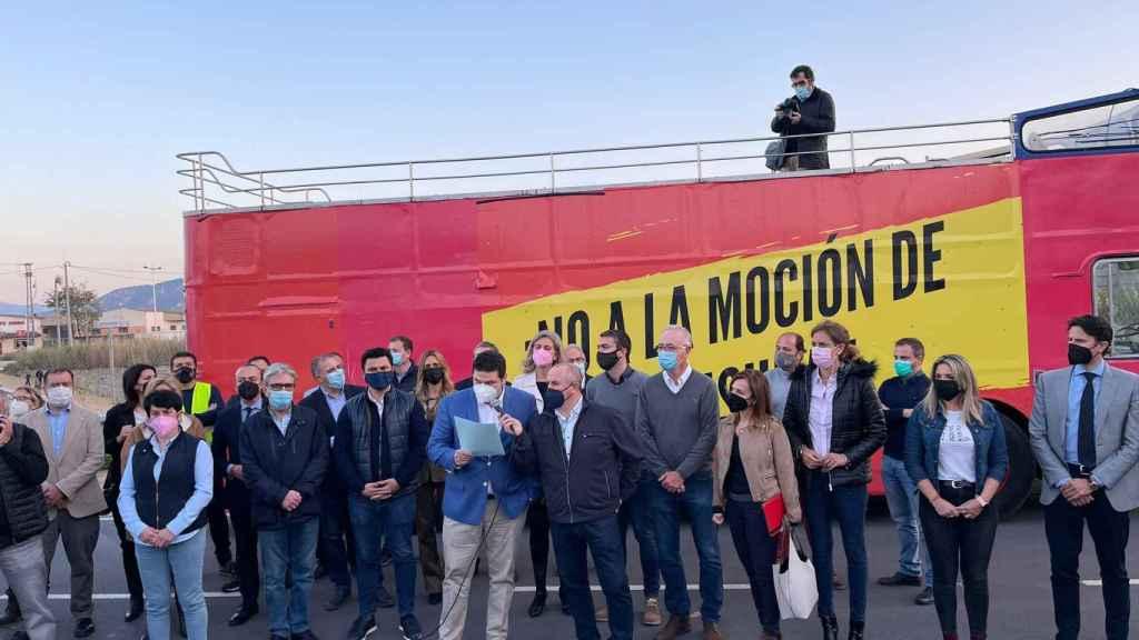El presidente de los comerciantes murcianos durante la lectura del manifiesto contra la moción de censura.