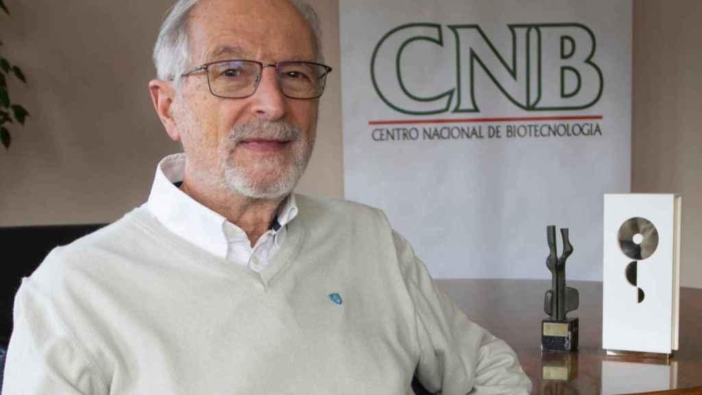 El virólogo Luis Enjuanes, en el Centro Nacional de Biotecnología del CSIC.