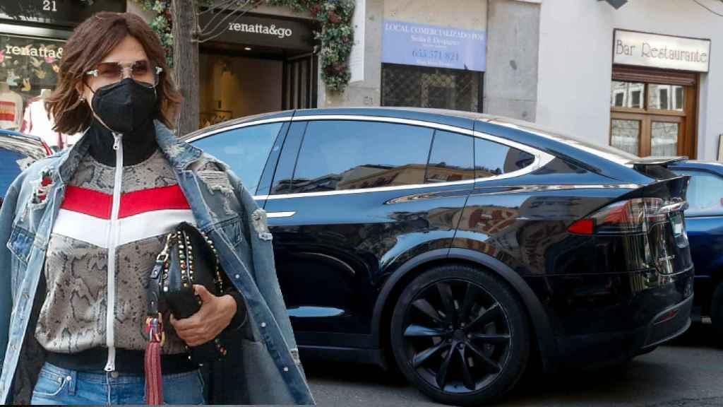 Raquel Perera, junto a su coche Tesla, en un fotomontaje de JALEOS.