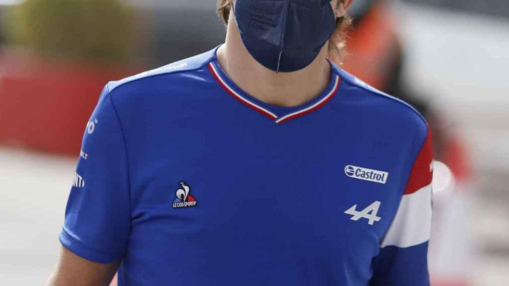Fernando Alonso, en el paddock de Bahrein
