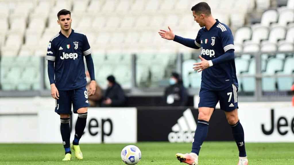 Cristiano Ronaldo y Morata hablando durante un partido de la Juventus