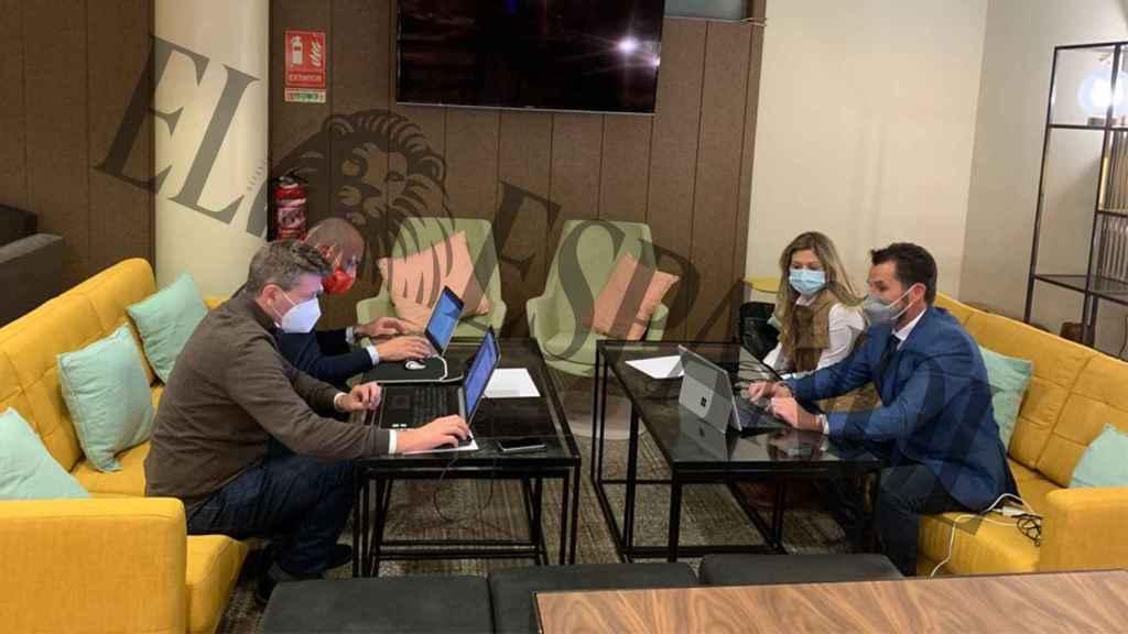 Los cuatro concejales murcianos de Ciudadanos en el hall del hotel de Madrid donde se han aislado de la presión.