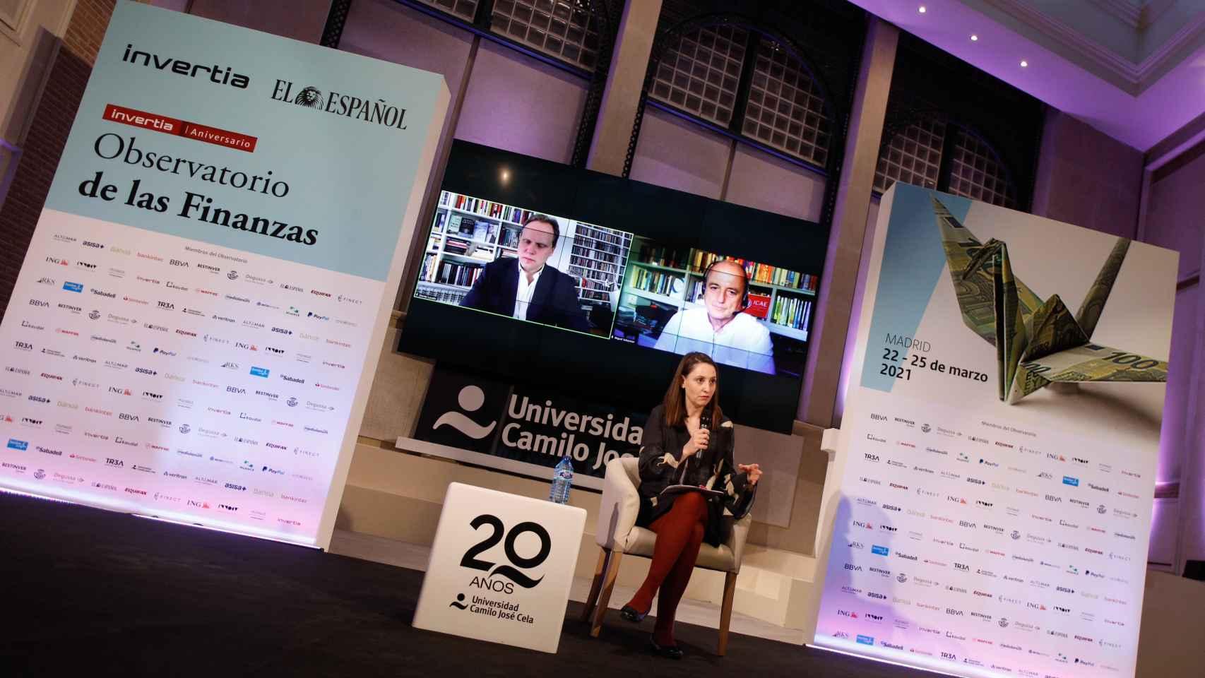María Vega, de Invertia. En las pantallas, Daniel Lacalle y Miguel Sebastián. (Pablo Moreno)