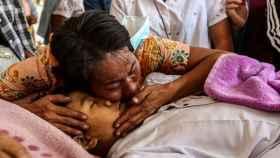 Allegados despiden a un fallecido en las protestas en Mandalay, Birmania, en su funeral.