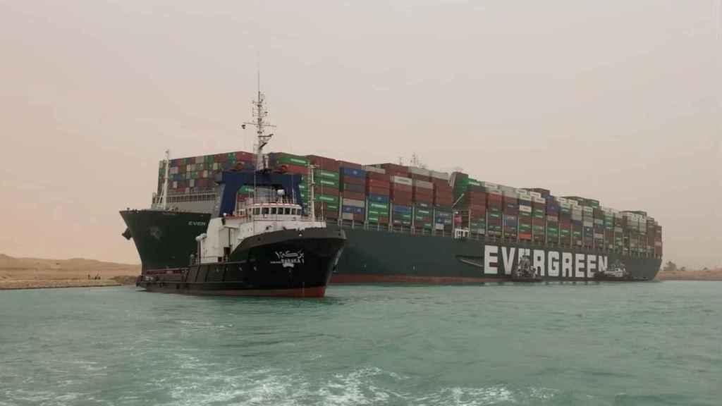 Imagen del barco carguero encallado en el canal de Suez.