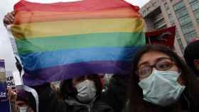 Estudiantes universitarios se manifiestan ante el Palacio de Justicia de Estambul por los derechos LGTBI.