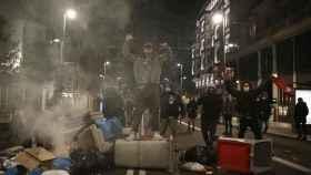 Un grupo de radicales se enfrenta a la policía en la Gran Vía de Madrid.