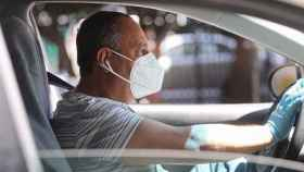 Un conductor circulando con su mascarilla puesta.