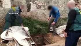 Unos guardias civiles detectan una desalobradora habilitada en un zulo bajo tierra.