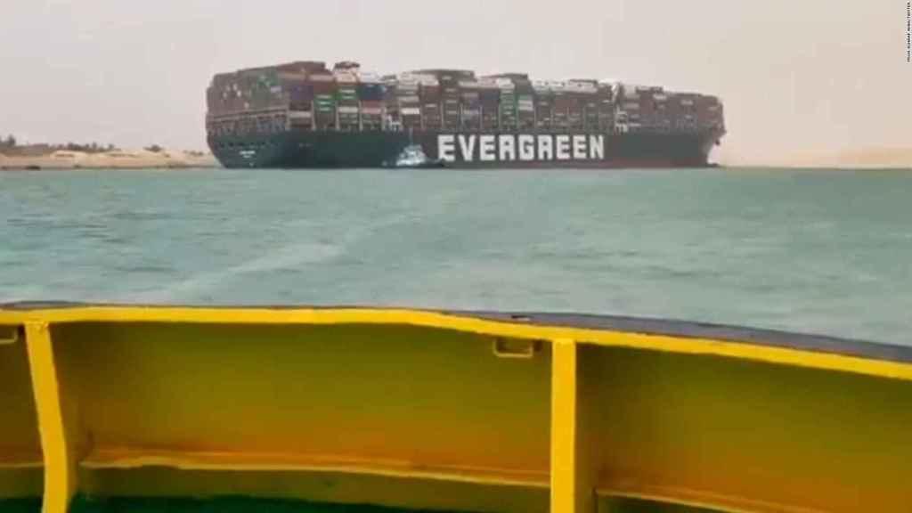 El buque de carga que ha quedado atascado y ha bloqueado el Canal de Suez.