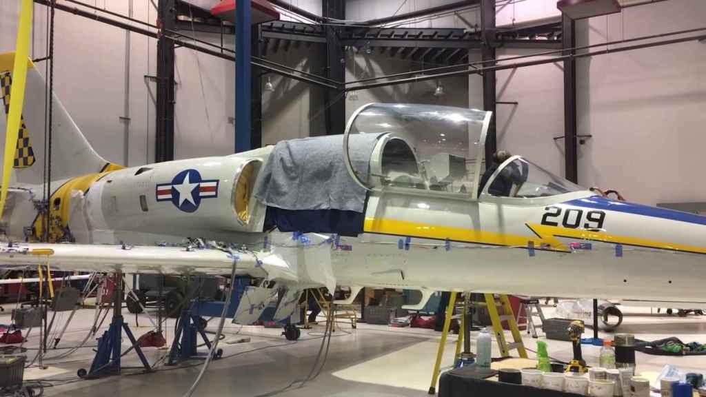 Avión L-39 siendo modificado para incluir IA