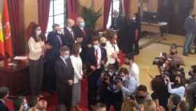 El nuevo alcalde de Murcia, el socialista José Antonio Serrano, recibiendo un abrazo.
