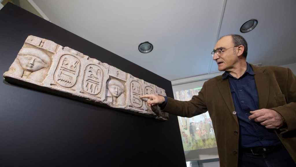 El egiptólogo y director de las excavaciones, Luis Manuel Gonzálvez, muestra el hallazgo de los restos del templo de Ptolomeo I.
