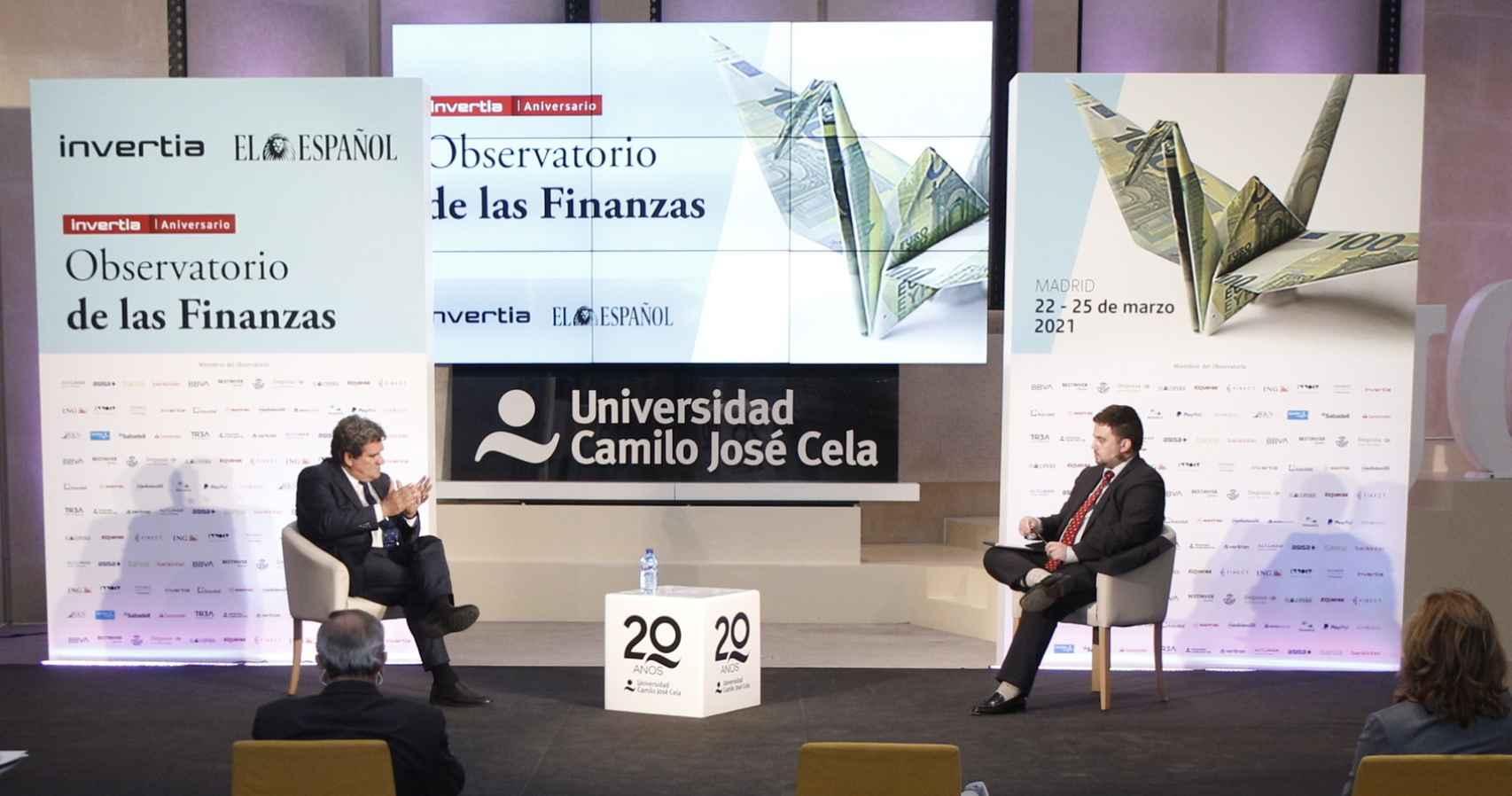 José Luis Escrivá, ministro de Inclusión, Seguridad Social y Migraciones, y Arturo Criado, redactor jefe de Invertia.