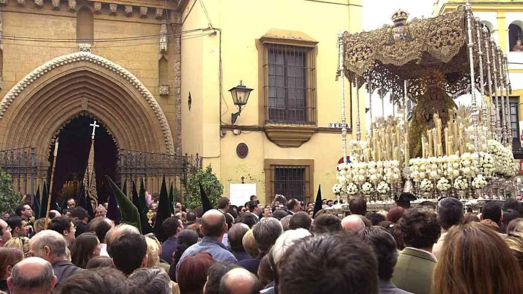 La Virgen de la Macarena de Sevilla, a su paso por la calle Feria.