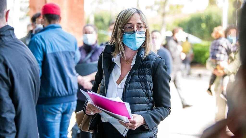 La socialista Mònica Almiñana, a su llegada al juzgado para declarar como imputada. EE
