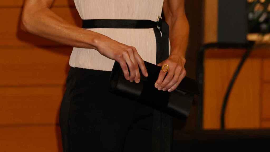 Detalle de la cartera de Magrit y el anillo de Karen Hallam.