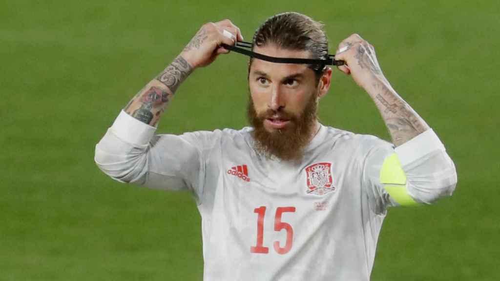 Sergio Ramos colocándose la cinta en el pelo