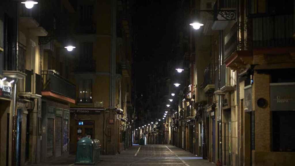 La calle Estafeta, en Pamplona, vacía al comienzo del toque de queda a las 23.00 horas.