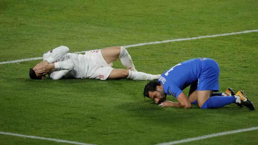 Morata, tendido en el suelo tras un golpe en la cara