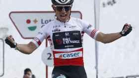 Esteban Chaves celebra su victoria en la Volta a Cataluña 2021