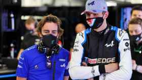 Fernando Alonso y Ocon en el box de Alpine