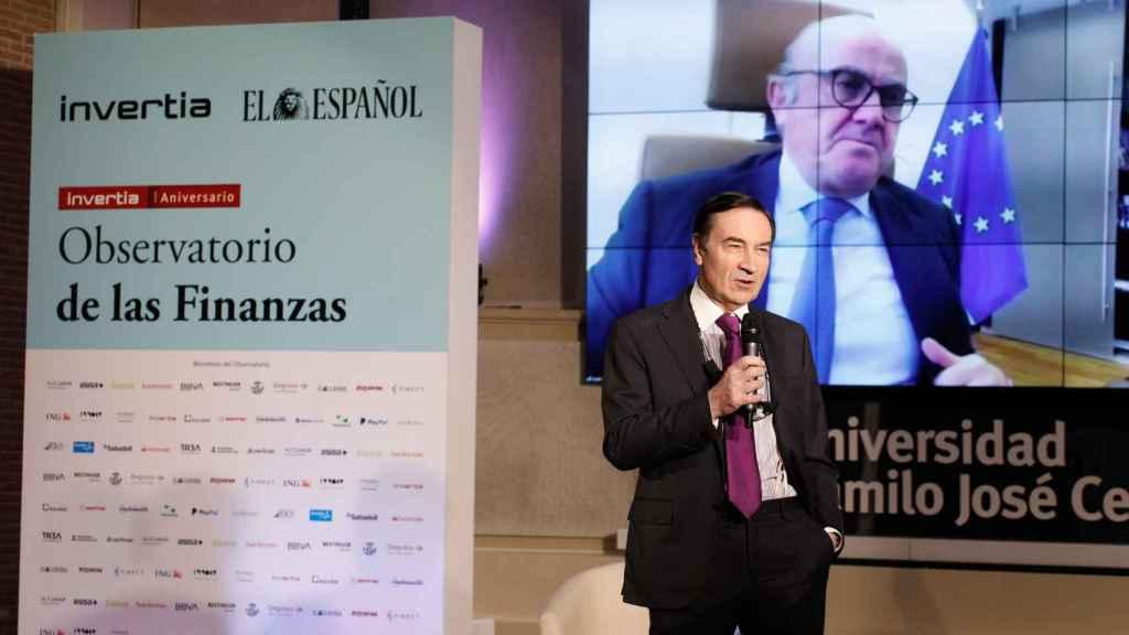 El vicepresidente del Banco Central Europeo, Luis de Guindos, durante su intervención en el Observatorio de las Finanzas de Invertia con el director de EL ESPAÑOL, Pedro J. Ramírez.