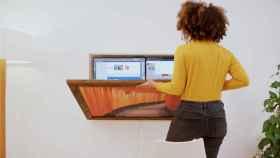 El escritorio se ancla a la pared y se puede plegar.
