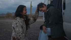 Chloé Zhao roza el Oscar con sus manos.