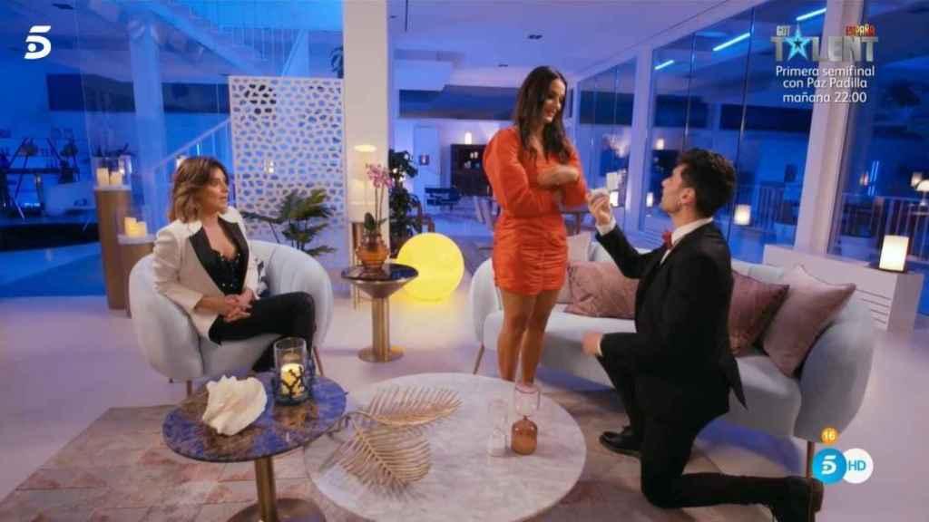 Hugo pidiéndole matrimonio a Lara junto a Sandra.