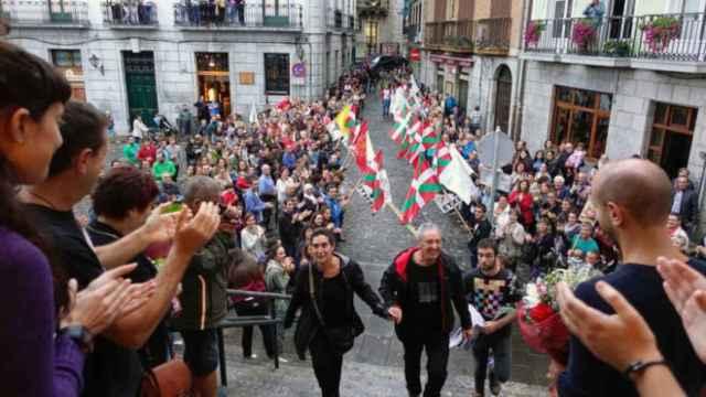 Homenaje en el Ayuntamiento de Lekeitio al etarra Andoni Gabiola.
