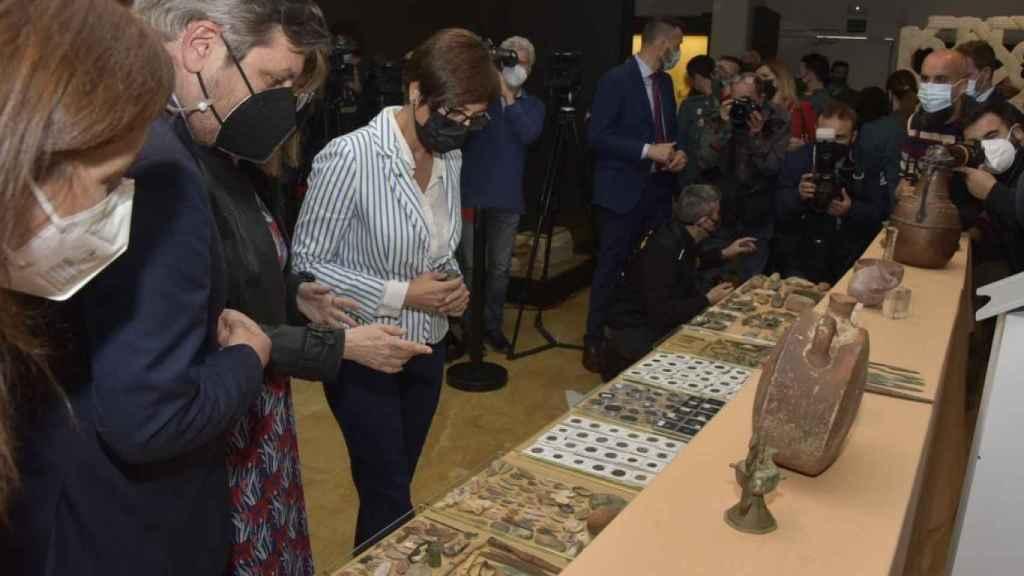 María Gámez, director general de la Guardia Civil, contempla las piezas recuperadas en el Museo Arqueológico de Córdoba.