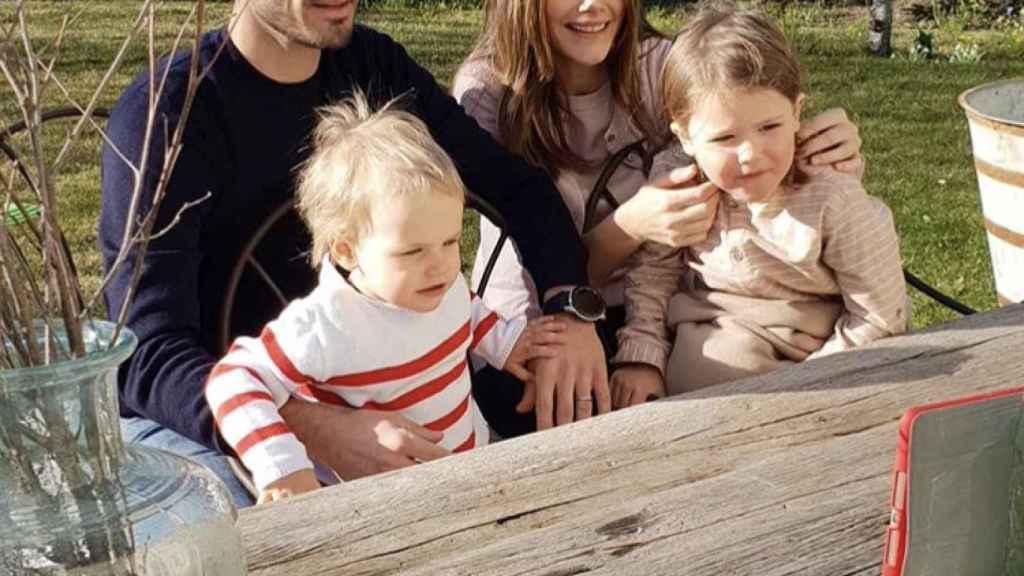 Los príncipes Carlos Felipe y Sofía con los que, hasta ahora, eran sus dos únicos hijos: Gabriel y Alejandro.