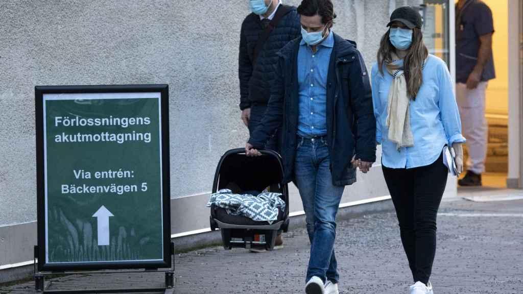 Carlos Felipe y Sofía de Suecia saliendo del hospital, cogidos de la mano y con su tercer hijo.