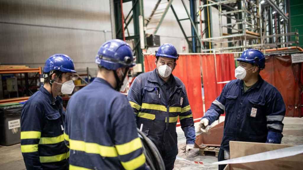 En torno a 2.000 personas trabajan a diario en el astillero de Cartagena para poder entregar en plazo la primera unidad de la serie S-80.