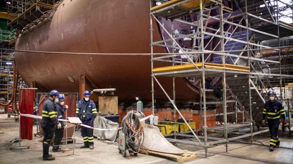 En la nave a la que accede EL ESPAÑOL hay partes todavía sin ensamblar del S-82.