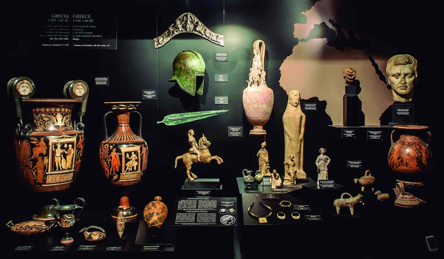 Vista de la vitrina que reúne las piezas arqueológicas de la Antigua Grecia.