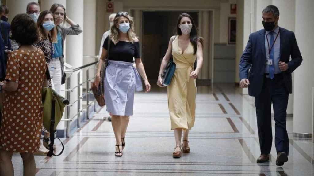 Yolanda Díaz, a la izquierda, camina junto a Irene Montero, a la derecha.