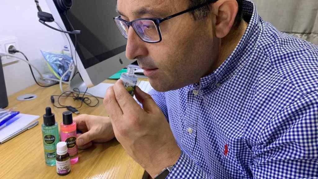 Javier Redondo, con su kit de esencias para afinar el olfato.