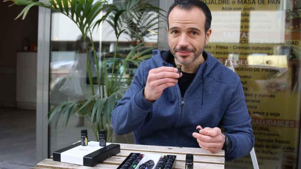 Guillermo entrena el olfato con su tarro de esencias.