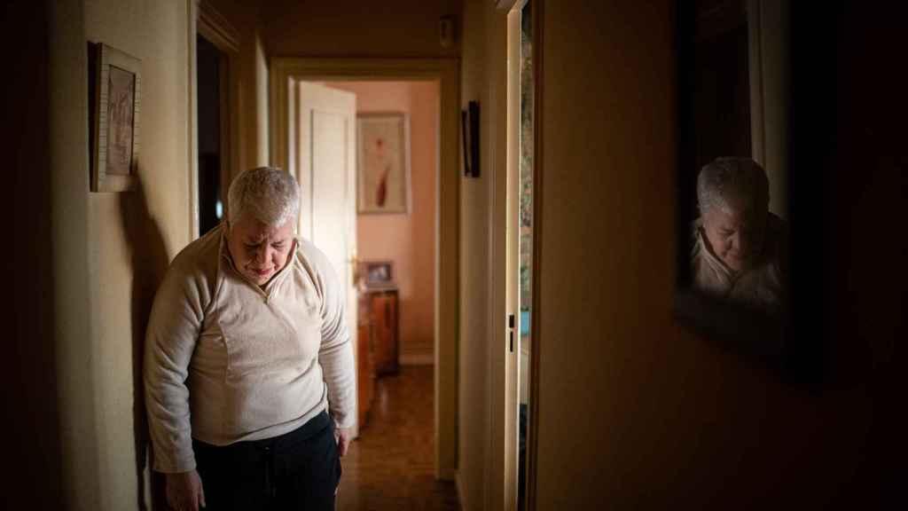 Begoña San José llora en el pasillo de su vivienda, en Madrid.