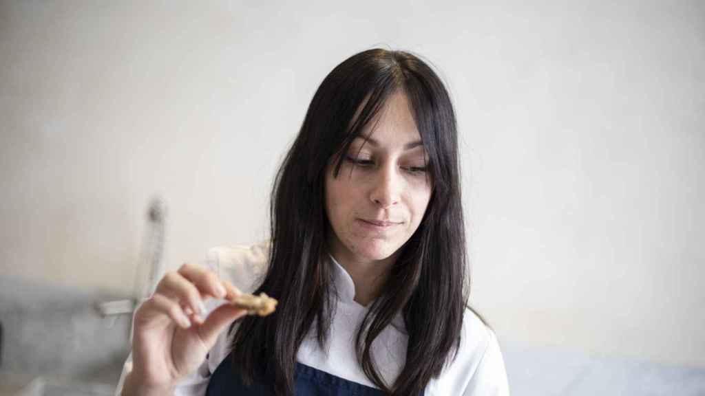 La experta Celia saboreando una de las barras de pan integral probadas en la cata.