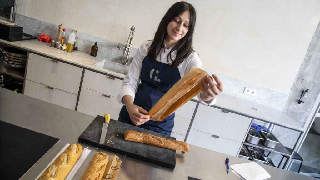 La cocinera Celia lee la composición de la barra de Dia antes de probarla.