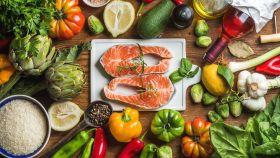 Las frutas y verduras y los pescados grasos son alimentos antiiflamatorios.
