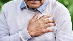 Un hombre pone su mano sobre el corazón.