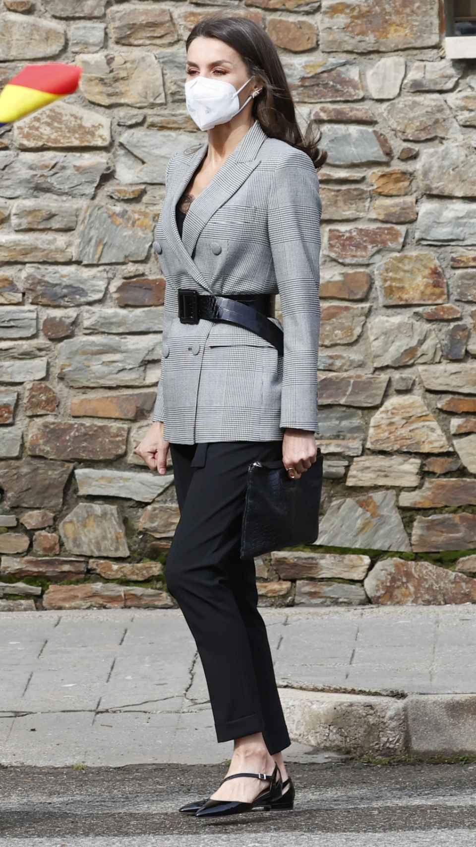 La Reina ha combinado su chaqueta con un pantalón 'cropped' HUgo Boss y unas bailarinas cerradas.