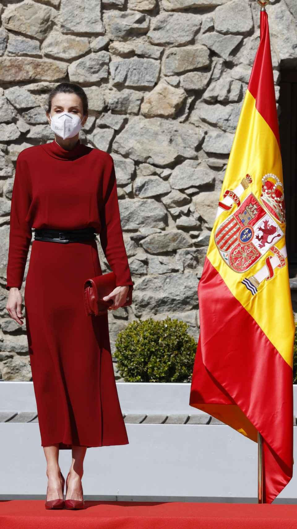 Letizia con un 'look' en color rojo, durante un acto en el Principado de Andorra.