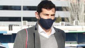 Iker Casillas llevando a sus hijos al colegio.