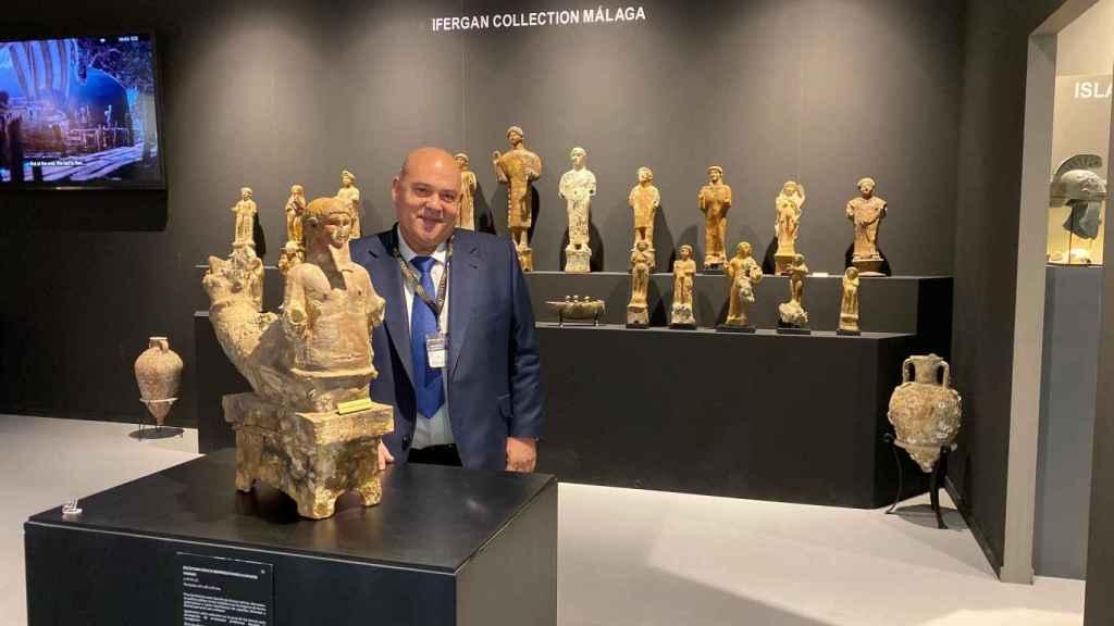 El empresario y coleccionista Vicente Jiménez Ifergan, en la edición Feriarte 2019, con una selección de las figuras fenicias de terracota.